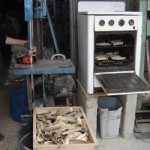 Taller para la confección de botones de guampa. Los cuernos se cortan al medio y se calientan en el horno para luego aplastarlos en una prensa.