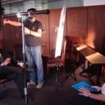 El equipo de Producción Nacional - TV CIUDAD prepara la iluminación para la nota con el Ing. de Martini.