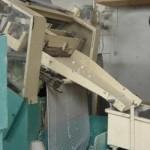 El material que sale de la centrífuga es como una alfombra. Esta máquina perfora el material y le da forma a los botones.