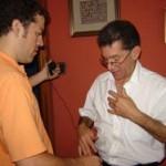 Pablo Avellino instala un micrófono solapero en la camisa del Director de Kables, Adolfo Villalba.