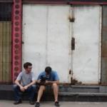 Sebastián Bachetta y Nicolás Soto hacen tomas de la fachada de la empresa.