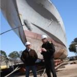 El director de Producción Nacional Alejandro Landoni entrevista a Leopold debajo de un viejo barco de guerra que espera ser desguazado.