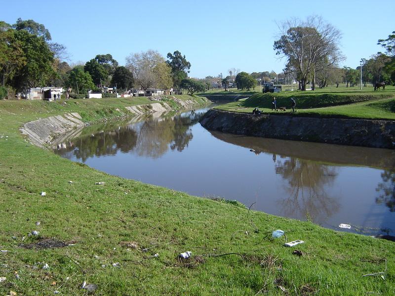 En este lugar (Miguelete y Propios) estaba el asentamiento 25 de Agosto, uno de los más importantes de Montevideo. Mediante el realojo organizado por la Intendencia, ahora es un lugar de esparcimiento.