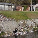 Uno de los grandes problemas del arroyo es la cantidad de basura que baja por el cauce. La mayor parte es producto de los recicladores de residuos que habitan sobre las cañadas Casavalle y Matilde Pacheco, principales afluentes del arroyo.