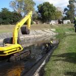 Trabajos de limpieza del cauce del arroyo y mantenimiento de los taludes construidos en la década del 40.