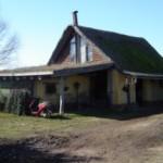 En la casa de Cayetano Milesi, las paredes son de barro y tiene un techo vivo en una parte.
