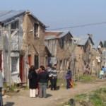 Mientras esperan desde hace 8 años que llegue el financiamiento para sus viviendas, los cooperativistas construyeron sus actuales casas de barro con muy pocos recursos.