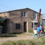 La falta de mantenimiento y de materiales adecuados de construcción hacen que las actuales viviendas de Vaimaca tengan muchas deficiencias.