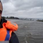 Atilio Piovesan, guardaparques del humedal, traslada al equipo de Producción Nacional en un gomón sobre el río Santa Lucía.