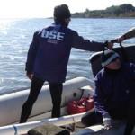 Técnicos de OSE se preparan para tomar muestras de agua de la Laguna del Sauce