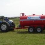 Tractor y estiercolera que utilizan ocho productores rurales de San Ramón.