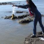 Una hora después de haber sido pescado, un bagre dorado seguía coleteando en la mesa del puesto de venta de Manzanita. La productora Inés Grah no lo pudo resistir y se apropió del pescado para devolverlo al Río.
