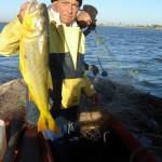 """Juanucho muestra un dorado. """"Nunca ví una cosa así"""", dice el pescador. """"Porque están revivos, no están abombados""""."""