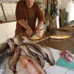 Además de atender bien a sus clientes, Manzanita de 62 años, les da recetas de cocina en base a pescado.