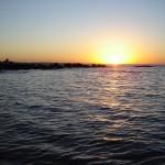 Mientras Montevideo se despereza, los pescadores artesanales Juanucho y Manzanita se hacen camino del mar.