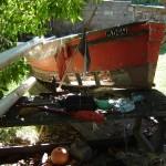 Desde que el barco de Juanucho se dañó en una crecida, ambos pescadores se ganan la vida en la embarcación de Manzanita.