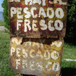 El viejo cartel resiste el paso del tiempo y anuncia la pesca del día.