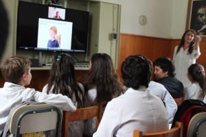 Clase de inglés por videoconferencia para los alumnos de 6to C. Estas clases se brindan a 780 grupos de 200 escuelas públicas uruguayas.