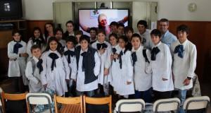 El grupo de 6º C de la Escuela Nº8 de Minas junto a la maestra Bernaschina, la profesora Kary en pantalla, la directora Giménez y Landoni.