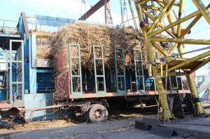 La caña de azúcar ingresa a la planta de ALUR mediante un nuevo sistema donde una grúa descarga (en forma lateral) la caña que trae el camión.