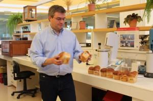 El director de Producción Nacional, Alejandro Landoni, le pregunta a los televidentes cuál de esos dos panes compraría.