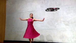Ximena Castillo baila con un dron.