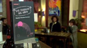 """Damián González (autor) y Marcela Saborido (directora de colección """"Cosecha Roja"""") en la presentación de """"Los trabajos del Amor""""."""