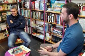 Landoni y Javier Montiel de la Librería La Purpúrea, aguardan para comenzar la entrevista.
